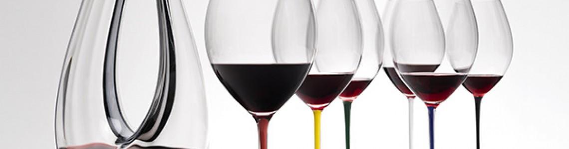 широкий выбор бокалов для красного и белого вина.